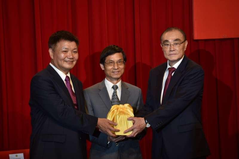 20190816-前國防部長馮世寬(右)16日正式接任退輔會主委。(退輔會提供)