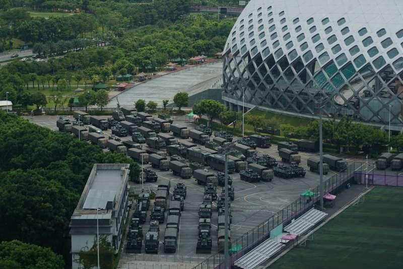 2019年8月中旬,中國武警部隊大批裝甲車與卡車集結在鄰近香港的深圳(AP)