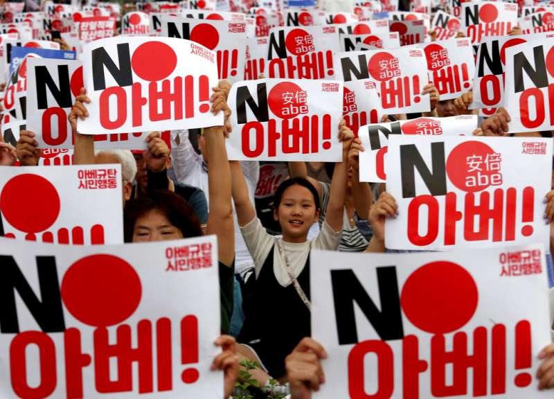 日韓的二戰歷史爭議引發貿易戰,首爾街頭出現規模盛大的反日示威。(美聯社)