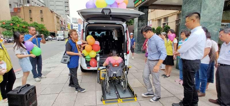 無障礙長照專車,可為坐輪椅的老人家貼心服務。(圖/張毅攝)