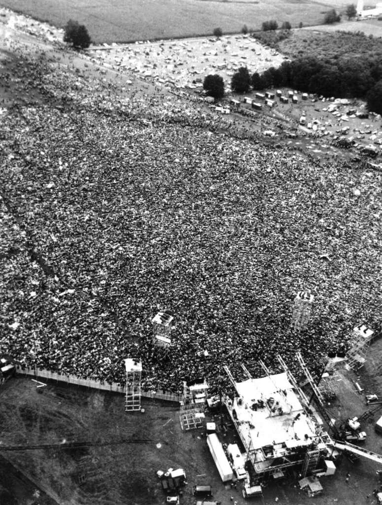 1969年的胡士托音樂節,主辦方為因應快速湧入的人潮緊急拆除圍籬,因而造就一場大型開放音樂節。(美聯社)