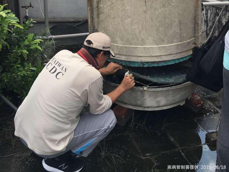 20190818-疾病管制署公布台北市出現今年首例本土登革熱病例,為大安區建安里30多歲男性。圖為疾管署防疫人員於台北市大安區執行孳生源查核。(取自疾管署網站)