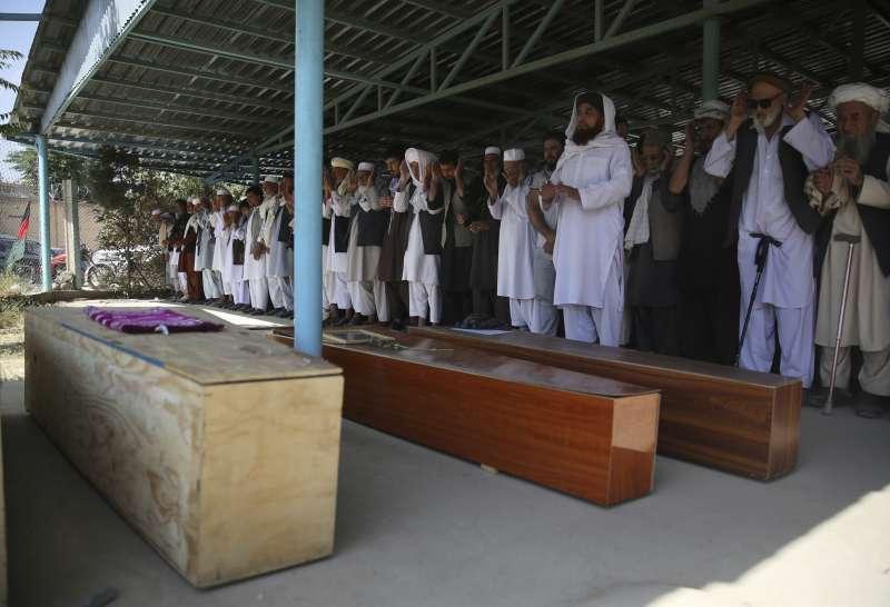 眾人為17日婚禮恐怖攻擊的喪生者祈禱。(AP)