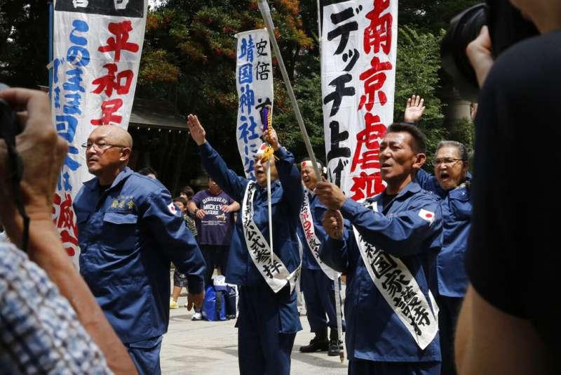 日本右翼分子在靖國神社高呼天皇萬歲,並且堅稱外國的二戰史觀都是被有心人的扭曲之作。(美聯社)