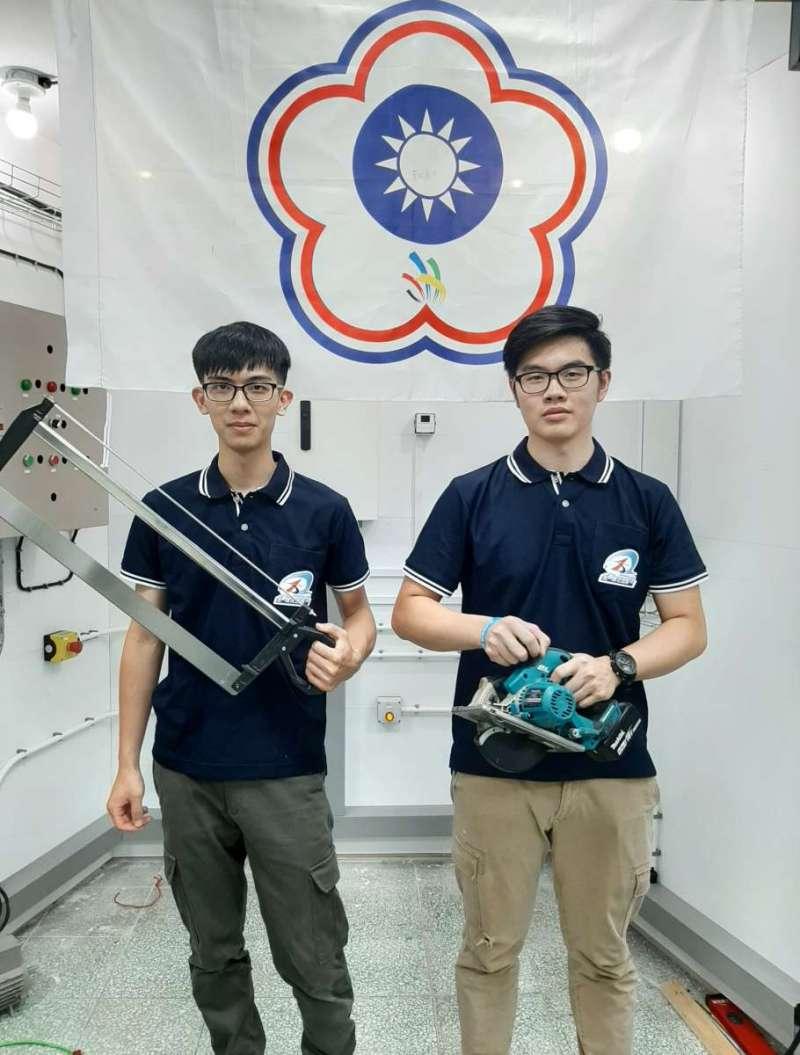 國家隊隊長「電氣裝配」林諭敬(左)、「工業控制」張容爾(右),是泰山訓練場培育的好手。(圖/勞動部提供)