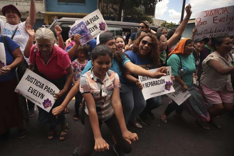 薩爾瓦多法官19日宣判赫南德斯無罪釋放,支持她的人歡喜不已(美聯社)