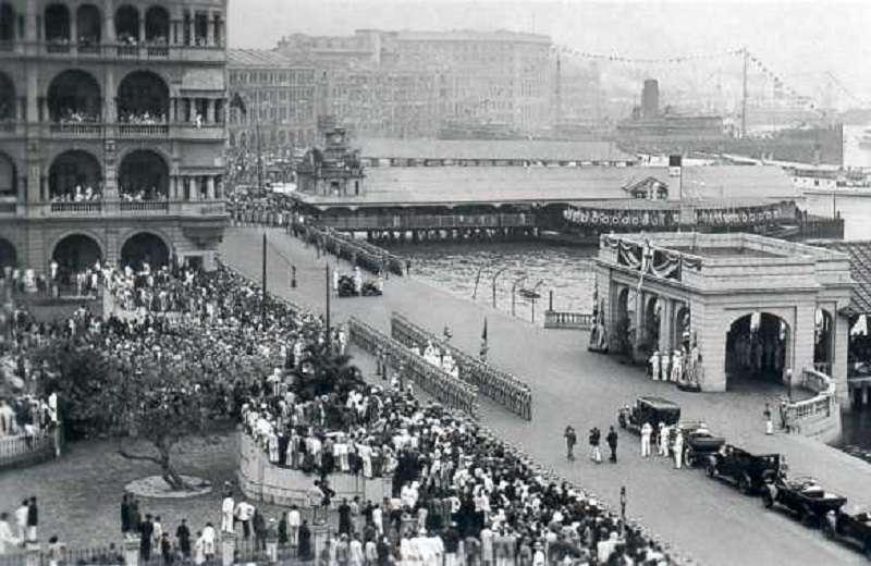 金文泰履任港督在皇后碼頭登岸。(維基百科)