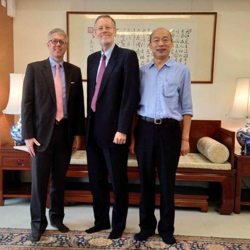 美國在台協會(AIT)台北辦事處處長酈英傑(中)、AIT高雄處長歐雨修(左)與高雄市長韓國瑜合照(翻攝AIT臉書)
