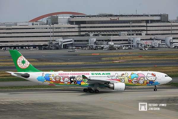 台灣第一個與三麗鷗合作的交通事業,就是長榮航空,圖為第三代彩繪機「夢想機」首航東京羽田。(圖/作者提供)