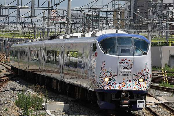 粉紅新幹線大受歡迎,也讓JR西日本趁勝追擊,在今年推出關西空港特急「Hello Kitty HARUKA」號。(圖/作者提供)