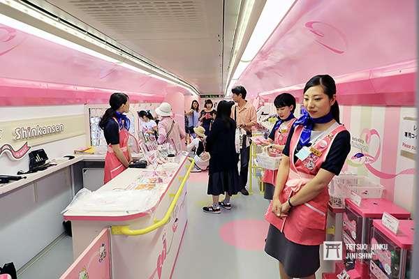 粉紅新幹線1號車,直接改造為Hello Kitty賣店。(圖/作者提供)