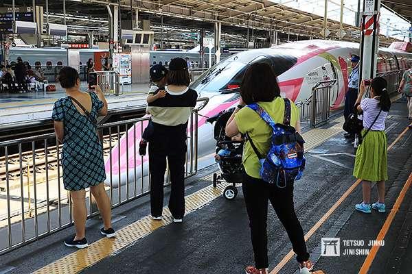 新大阪站20號月台,在粉紅列車抵達後,吸引大批人潮拍照。(圖/作者提供)