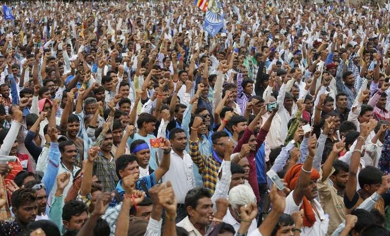 2016年約兩萬名印度低種姓民眾在印度西部的古吉拉特邦舉行示威。(美聯社)