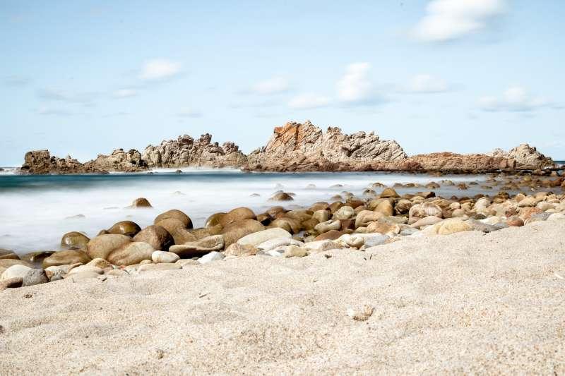 義大利薩丁尼亞島各處沙子被遊客當成紀念品帶走。(圖/Pixabay)