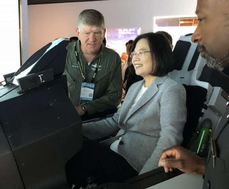 總統蔡英文(中)坐進F-16V最新模擬駕駛艙和發射飛彈。(洛馬提供)