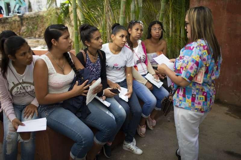 一群委內瑞拉年輕女性聆聽護士解說避孕器的功效。(AP)