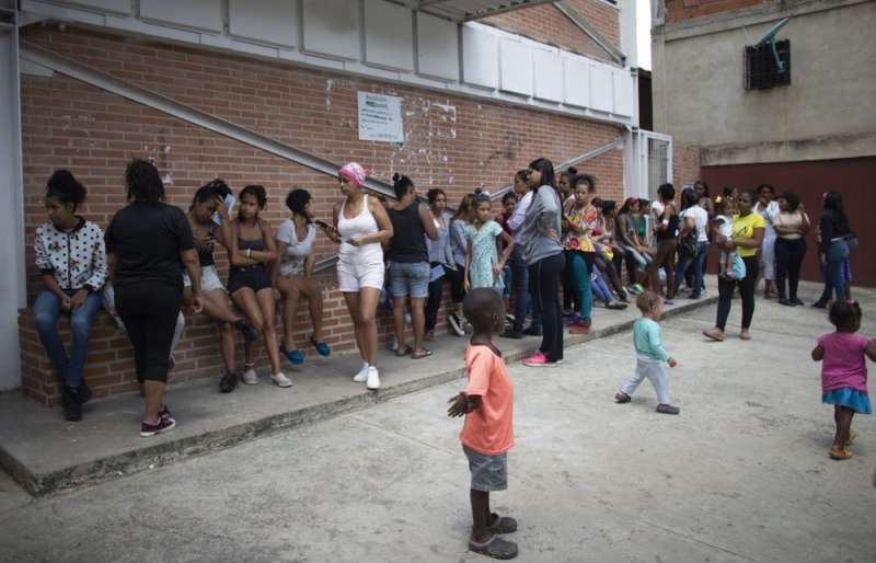 委內瑞拉物資缺乏,許多女性聽說診所有皮下避孕器,一早就在外排隊等候。(AP)