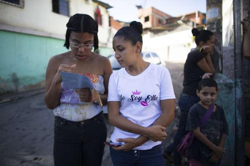 委內瑞拉年輕女性正在閱讀手冊,了解皮下避孕器的功效。(AP)