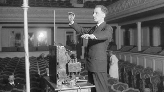 1927年,特雷門在巴黎展示他的同名樂器發明。(BBC中文網)