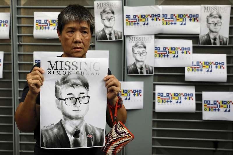 2019年8月,香港反送中運動期間,英國外交人員鄭文傑突然遭中國公安逮捕,香港民眾也群起聲援(AP)
