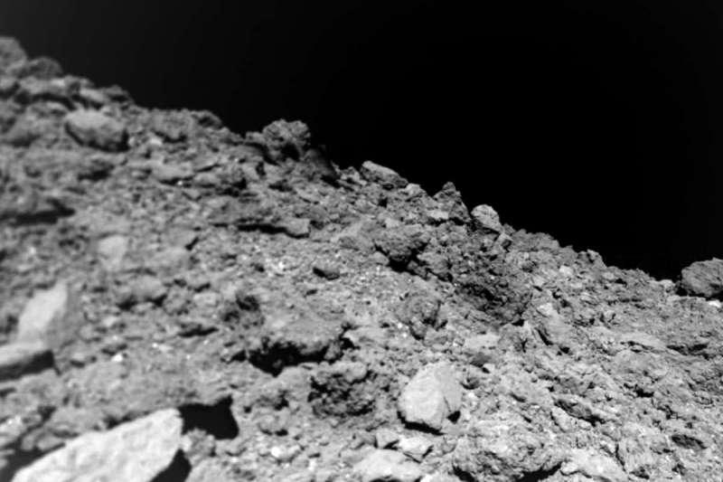 「隼鳥2號」所拍攝的小行星「龍宮」照片。(JAXA)