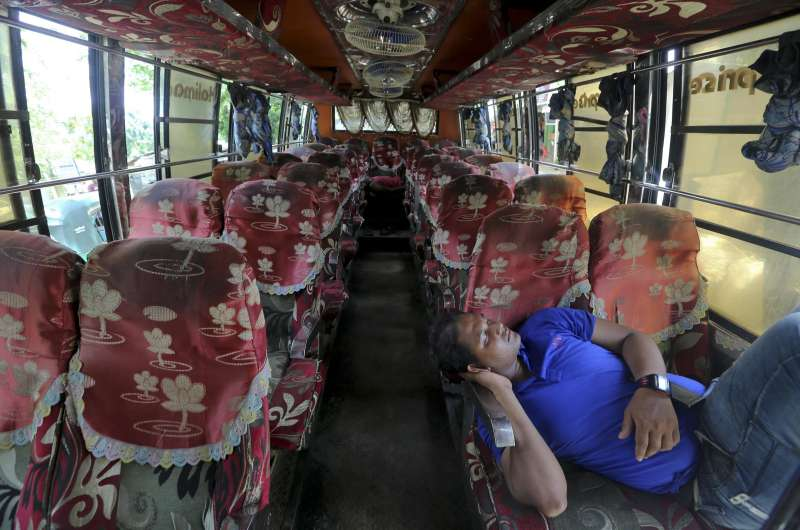羅興亞難民不願回去緬甸家鄉,害怕再度遭受軍隊暴力清洗。圖為空無一人的難民遣返巴士。(AP)
