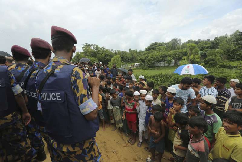 羅興亞難民兒童看著聯合國派來的緬甸與中國軍人。(AP)