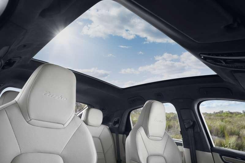 The new Cayenne Coupé全車系標配面積達2.16平方公尺的大型全景固定式玻璃車頂,其中0.92平方公尺的玻璃區域提供絕佳空間感。(圖/台灣保時捷公司提供)