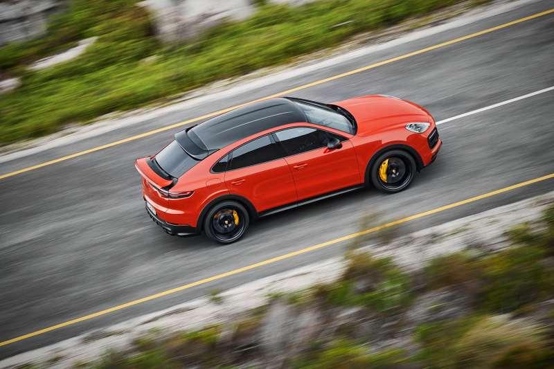 更低扁的擋風玻璃與更傾斜的車頂線條,賦予前所未見的優雅跑格,後方車頂以流暢線條營造出更強烈的運動氣息,成為同級距中最具運動化風貌的車款。(圖/台灣保時捷公司提供)