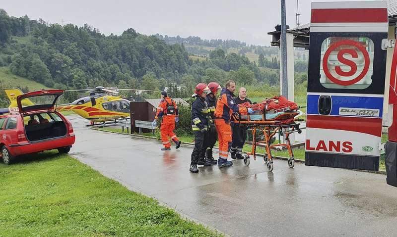 波蘭旅遊勝地塔特拉山脈22日遭雷擊,造成5人死亡、上百人輕重傷。(AP)