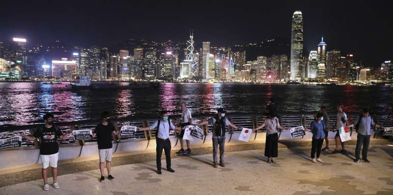 2019年8月23日,香港市民晚間發起手拉手建立「香港之路」人鏈的活動,希望國際關注香港的「反送中」運動(AP)