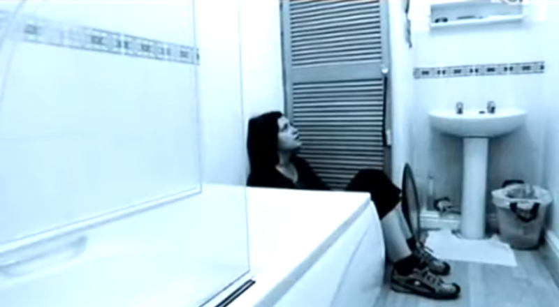 莎菈聽信亨迪的話,躲在浴室整整三個禮拜。(示意圖非本人/圖片擷取自Youtube)
