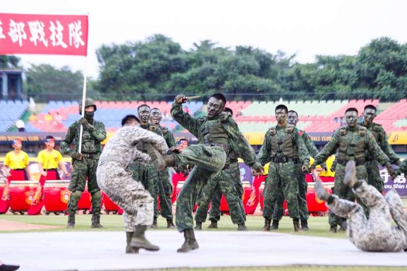 20190823-「運動員戰士紅不讓」職棒開球活動,安排陸軍特戰官兵格鬥操演。(陸軍司令部提供)