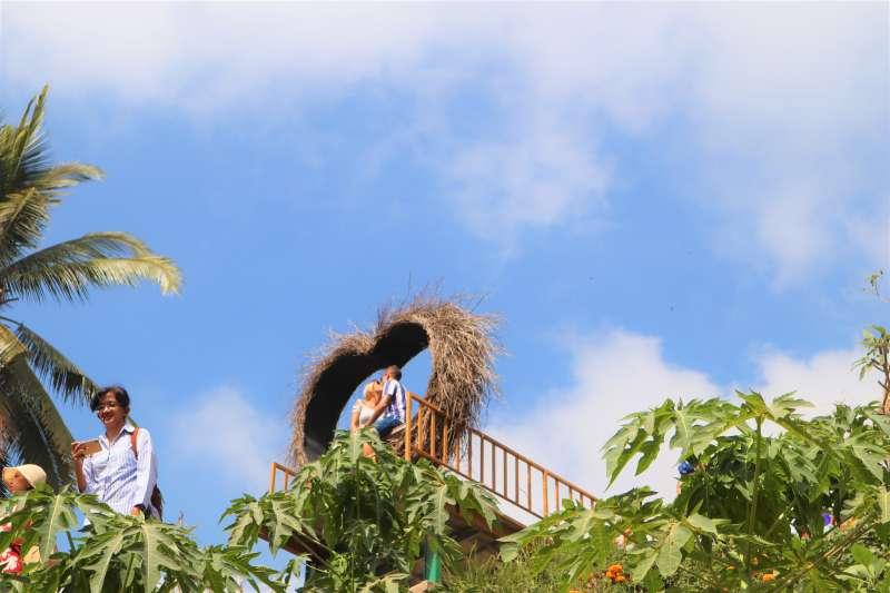 峇里島「德哥拉朗梯田」著名的網美打卡地點,有情侶付費拍照放閃。(蔡娪嫣攝)