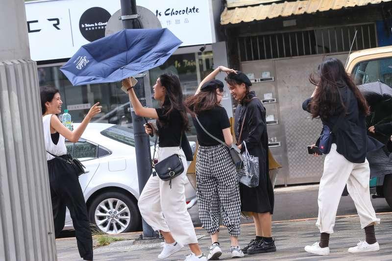 20190824-輕颱白鹿24日侵襲南臺灣,台北雖無大雨,但瞬間強陣風仍使民眾的傘紛紛開花。(顏麟宇攝)