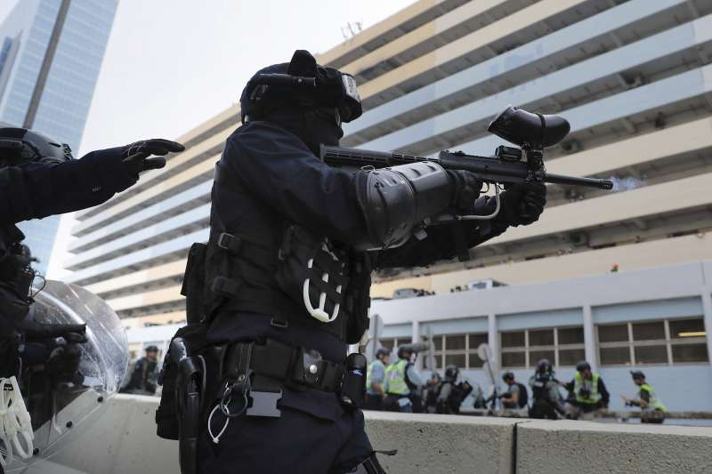 2019年8月24日,香港「反送中」觀塘遊行,示威者與港警爆發激烈衝突(AP)