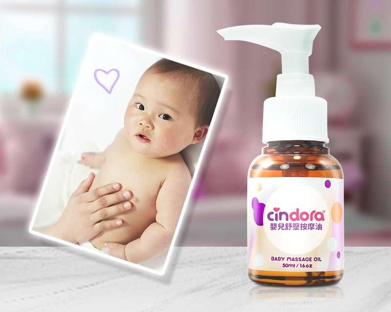 藉由按摩時的肌膚接觸,加深親子間的親密感,嬰兒舒壓按摩油可滋潤寶寶皮膚(圖/馨朵拉 提供)