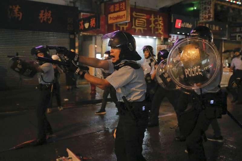 香港警察25日第一次出動水炮車和裝甲車,並首次發射實彈。(美聯社)