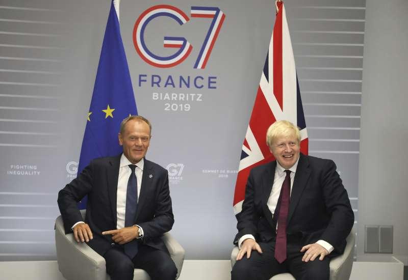 英國首相強森和歐洲理事會主席圖斯克。(圖/AP)