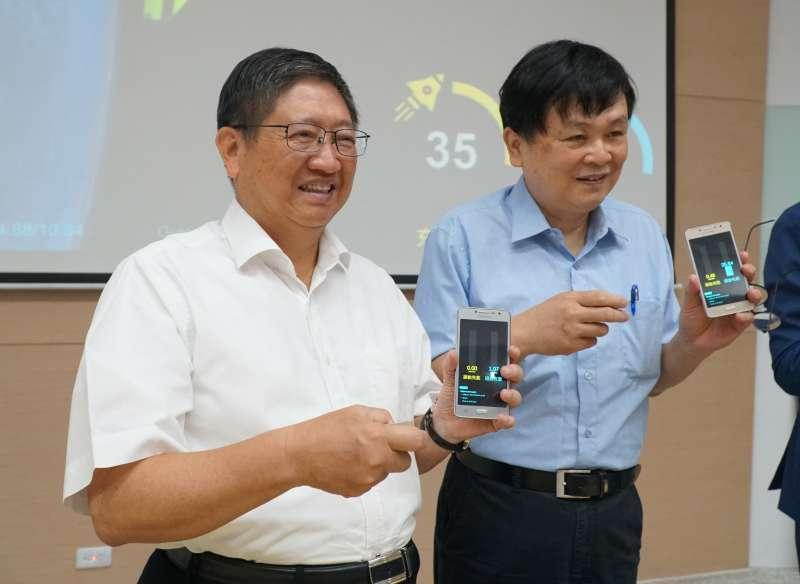 新竹縣長楊文科(左)與交大代理校長陳信宏展示感測互聯裝置。(圖/新竹縣政府提供)