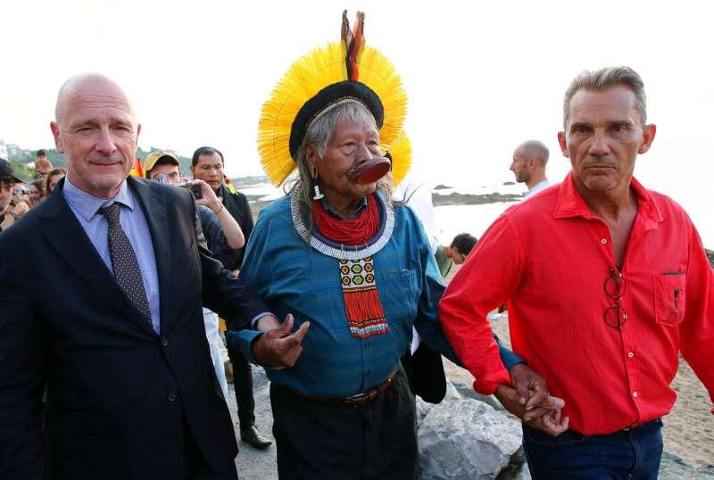 巴西卡雅波原民部落領袖麥修戴爾此次也前往法國參加高峰會。(美聯社)