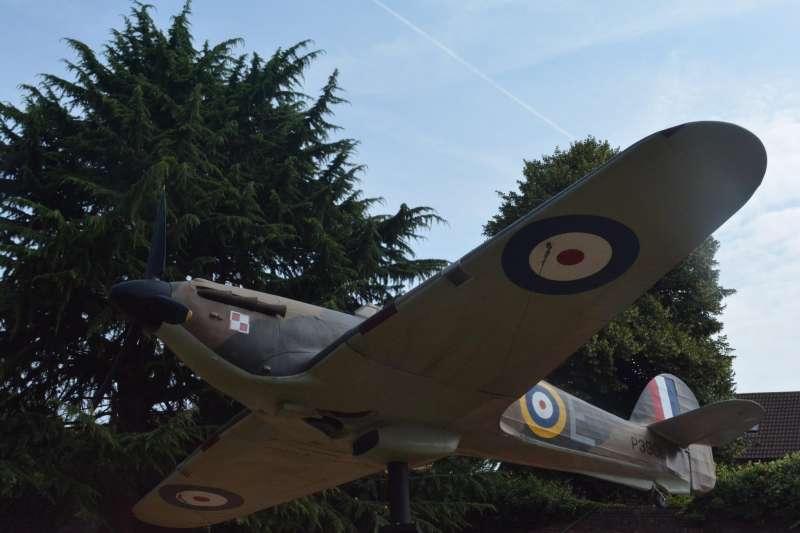在倫敦的不列顛空戰碉堡(Battle of Britain Bunker)外,有一架颶風式戰鬥機的等身大小模型,漆的就是烏班諾維座機塗裝。(許劍虹提供)