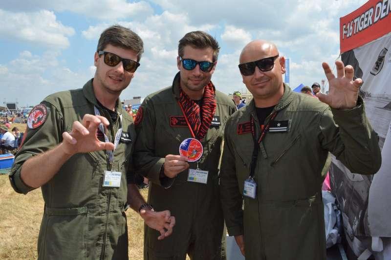 去年是皇家空軍誕生100周年,裝備F-16的波蘭空軍老虎表演隊前往費爾福德基地參加皇家國際航空展。這三名老虎表演隊的飛行員中,左邊站立者就是烏班諾維的繼孫,他的爺爺是不列顛空戰的英雄、中華民國的好朋友。(許劍虹提供)