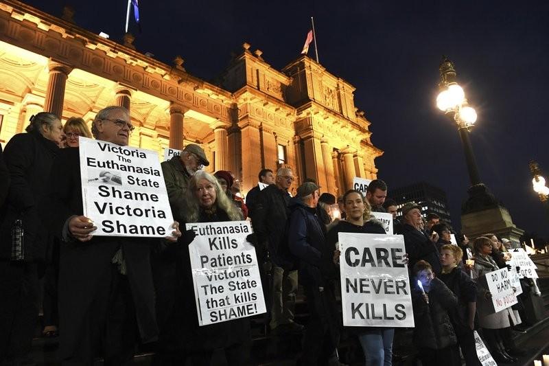 澳洲維多利亞州今年通過安樂死,有民眾不滿而上街抗議。(美聯社)