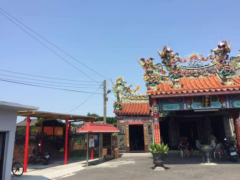 彰化臺西村的顯榮宮,屋頂裝設 3 KW 太陽能板,發電自用,是臺灣第一座光電宮廟(圖/主婦聯盟)