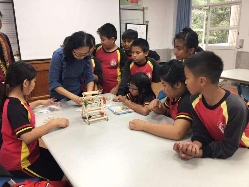 部落小學的孩子們,學習如何製作小型風機,透過實作課程認識部落的再生能源(圖/主婦聯盟)