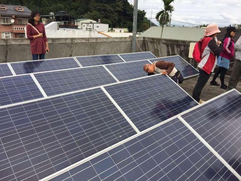 達魯瑪克在公用空間設置太陽能板,邁出部落電廠的第一步(圖/主婦聯盟)
