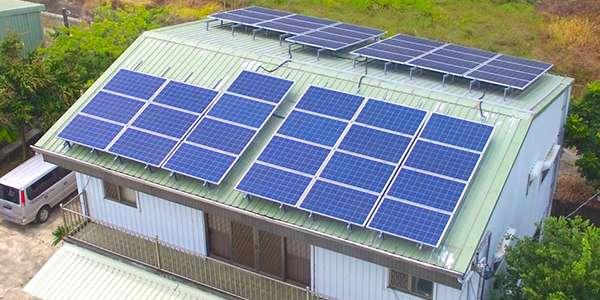 陽光伏特家第一個集資案:臺南擔仔一號。這棟民宅約 45 坪,樓下是牛肉麵攤,屋頂可鋪蓋 44 片太陽能板,如果由屋主獨力負擔,總金額約 80 萬。透過集資案,認購每片太陽能板只要 15600 元,小資族也能參與(圖/陽光伏特家)