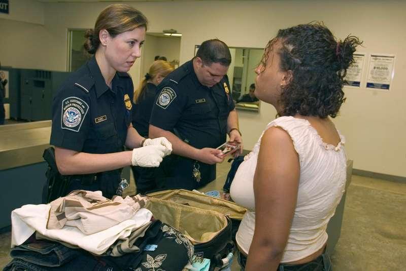 美國海關及邊境保護局官員對訪客進行盤查。(是意圖非當事人;圖截自CBP官網)