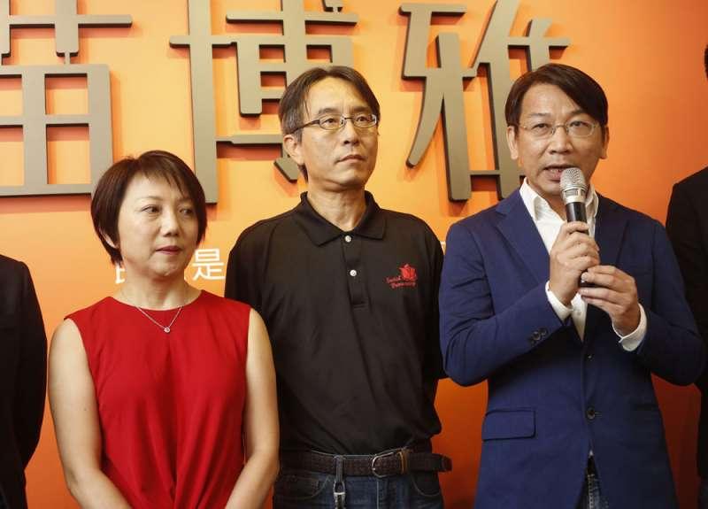 徐永明(右)一接任時力黨魁就前往社民黨拜訪,與范雲(左)等人進行便當會。 (郭晉瑋攝)
